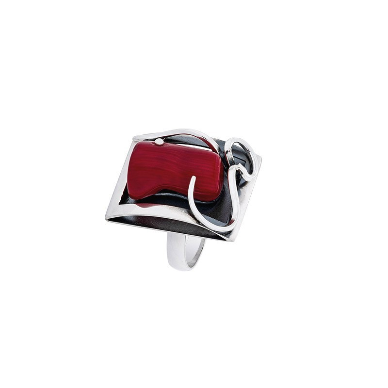 Piękny pierścionek ze srebra 925 o kształcie ramki ze zdobieniami a w środku duży czerwony koral.