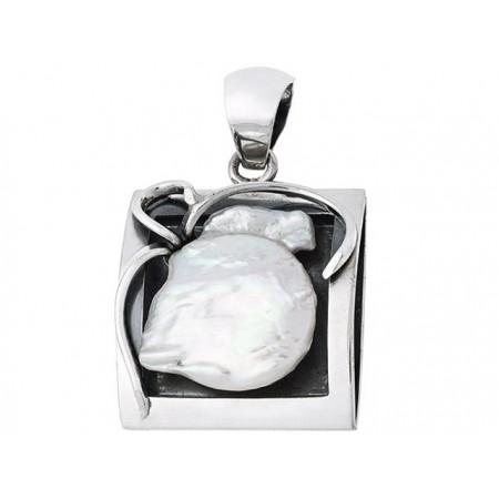 Piękny wisior ze srebra 925 wykonany ręcznie o kształcie ramki z naturalna perła przypominającą guzik.