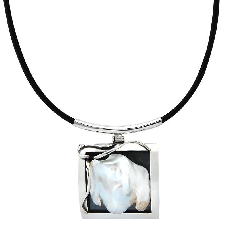 Unikatowy naszyjnik ze srebra 925 na rzemieniu z zawieszką w kształcie  ramki i naturalną perłą w nieregularnym kształcie.