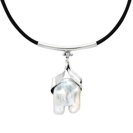 Naszyjnik ze srebra 925 na naturalnym rzemieniu i zawieszką z dużej naturalnej perły oprawionej ręcznie.