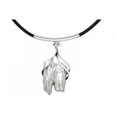 Naszyjnik ze srebra 925 na skórzanym  rzemieniu z zawieszka z dużej naturalnej perły oprawionej ręcznie.