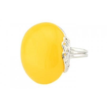 Unikatowy pierścionek ze srebra 925 z ażurowymi zdobieniami z dużym naturalnym bursztynem w mlecznym kolorze.