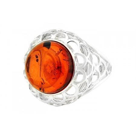 Duzy pierscionek ze srebra 925 z bursztynem w koniakowym kolorze. umieszczonym w ażurowej konstrukcji pierścionka.