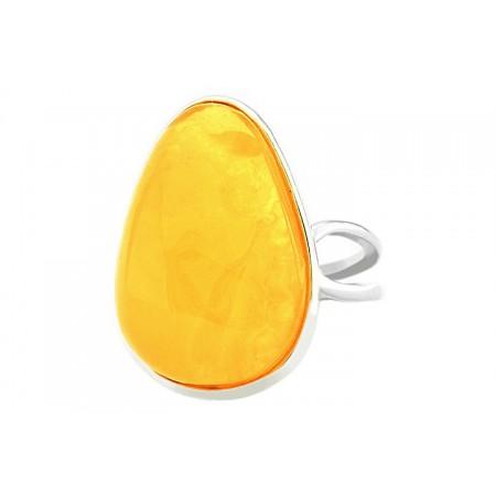 Unikatowy pierścionek ze srebrna 925 z naturalnym bursztynem w mlecznym kolorze.
