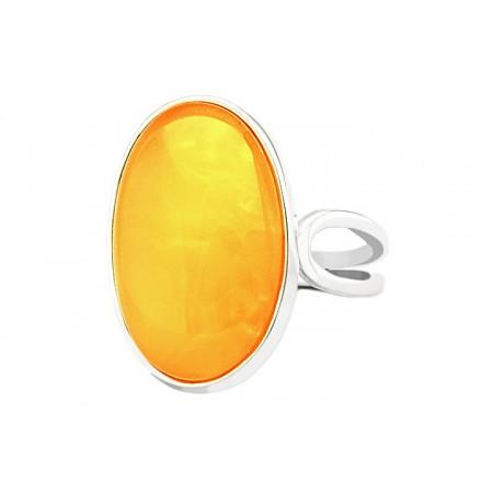 Unikatowy pierścionek ze srebra ręcznie oprawiony z naturalnym bursztynem w białym kolorze.