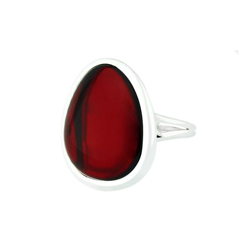 Piękny pierścionek wykonany ze srebra 925 z dużym wiśniowym bursztynem.