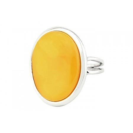Minimalistyczny pierścionek wykonany ręcznie ze srebra 925 z dużym naturalnym bursztynem w białym kolorze.