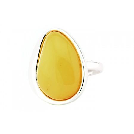 Pierścionek ze srebra 925 wykonany  ręcznie w prostej oprawie z dużym bursztynem w mlecznym kolorze.
