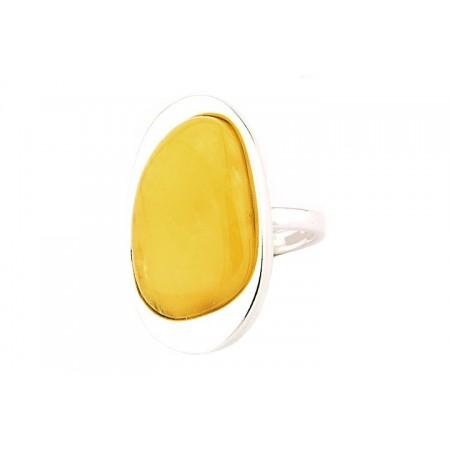 Piękny pierścień wykonany ręcznie w minimalistycznym stylu z dużym bursztynem w białym kolorze.