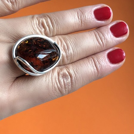 Pierścionek srebrny z bursztynem bałtyckim w kolorze ciemnego koniaku. Nowoczesna srebrna forma.