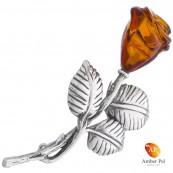 Broszka srebrna 925 z bursztynem oszlifowanym w kwiat róży, na łodyżce srebrnej z trzema listkami.