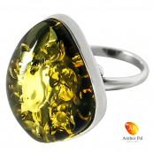 Pierścionek z zielonym bursztynem oprawiony w srebro 925. Duży bursztyn w kształcie rombu w minimalistycznej oprawie.