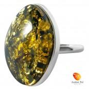 Pierścionek srebrny z dużym bursztynem w kolorze zielonym. Prosty, minimalistyczny model pierścionka.