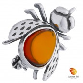 Broszka srebrna 925 z bursztynem w kolorze koniaku o kształcie muchy ze skrzydełkami.