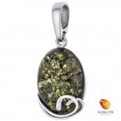 Wisior ze srebra 925 z zielonym dużym bursztynem, oprawionym z delikatnymi zdobieniami u dołu wyrobu. Zawieszka prosta stylowa.