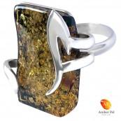 Unikatowy pierścionek ręcznie robiony ze srebra 925 z pięknym dużym naturalnym bursztynem w zielonym kolorze.
