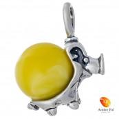Wisiorek ze srebra 925 z bursztynem w mlecznym kolorze o kształcie prosiaczka.