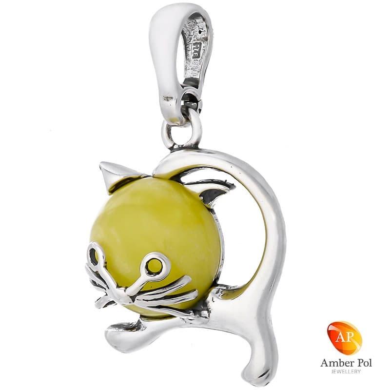 Wisiorek ze srebra 925 w kształcie kotka z bursztynem o mlecznym kolorze.