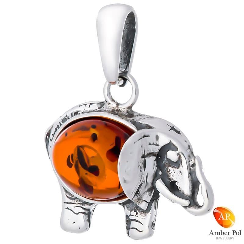 Piękny wisiorek ze srebra próby 925 z bursztynem w kolorze koniakowym, przedstawiającego słonika z trąbą skierowaną do góry.