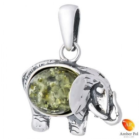 Piękny wisiorek ze srebra próby 925 z bursztynem w kolorze zielonym, przedstawiającego słonika z trąbą skierowaną do góry.