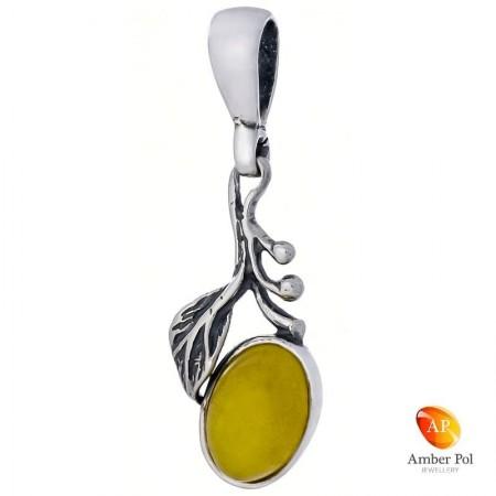 Wisiorek ze srebra 925 o lekko wydłużonym kształcie z mlecznym bursztynem otoczonym listkiem i kuleczkami.