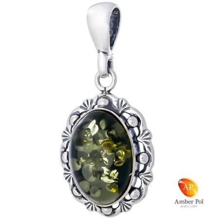 Wisiorek ze srebra 925  z zielonym bursztynem otoczonym delikatnymi zdobieniami i kuleczkami.