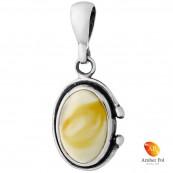 Piękny wisiorek ze srebra próby 925 z owalnym  bursztynem w kolorze białym i delikatnymi  zdobieniami.