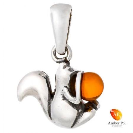 Piękny wisiorek ze srebra próby 925 przedstawiający uroczą wiewiórkę która obejmuje bursztynową kulkę w koniakowym kolorze.