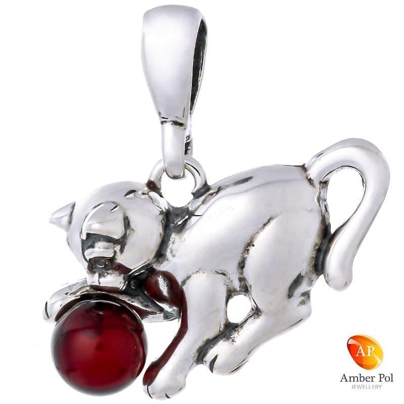 Piękny wisiorek ze srebra próby 925 przedstawiający uroczego kotka który się bawi bursztynową kulką w koniakowym kolorze.