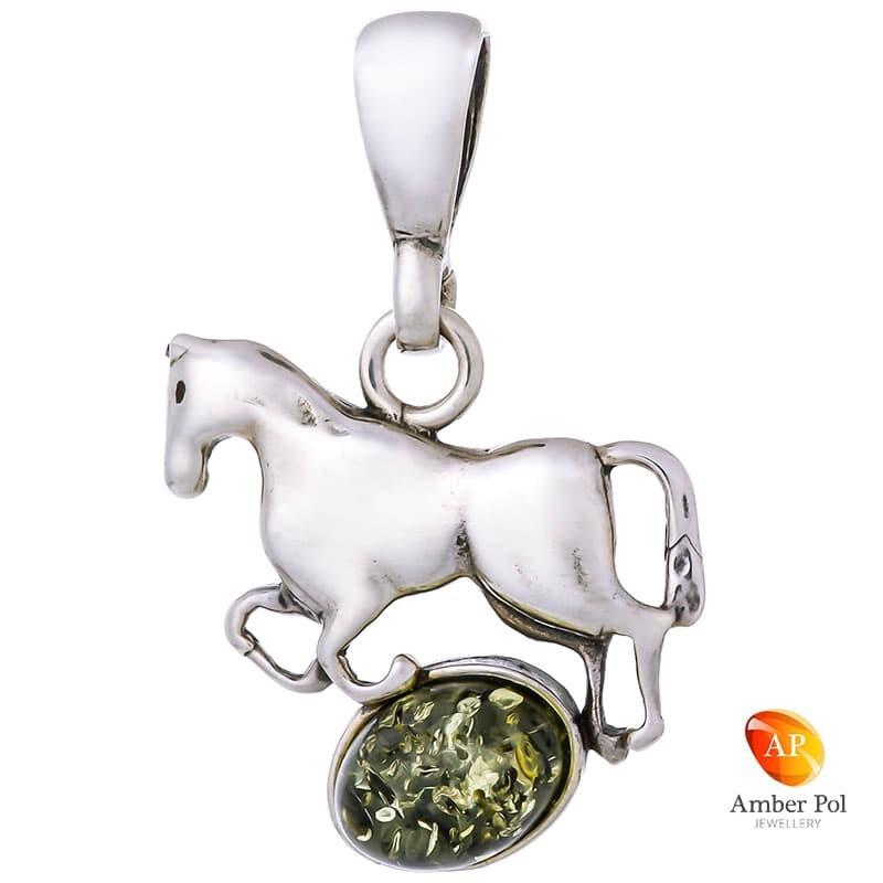 Piękny wisiorek ze srebra próby 925 przedstawiający konika stojącego na bursztynie w mlecznym kolorze.