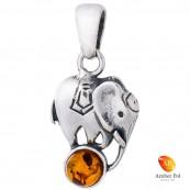 Piękny wisiorek ze srebra próby 925 przedstawiający słonika stojącego na bursztynie w kolorze koniaku.