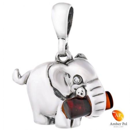 Piękny wisiorek ze srebra próby 925 przedstawiający słonika trzymającego trąbą kłodę, która jest bursztynem w kolorze koniaku.