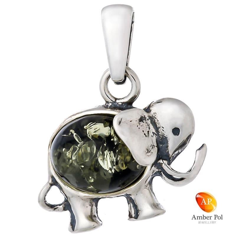 Piękny wisiorek ze srebra próby 925  i zielonego bursztynu, przedstawiający słonika z trąba skierowaną do góry.