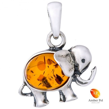 Piękny wisiorek ze srebra próby 925 i bursztynem w kolorze koniakowym, przedstawiającego słonika z trąbą skierowaną do góry.