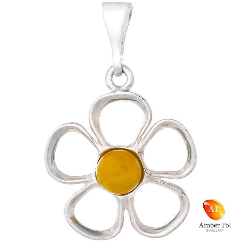 Piękny wisiorek ze srebra próby 925 przedstawiający kwiatka z pięcioma płatkami a środek jest z bursztynu w mlecznym kolorze.