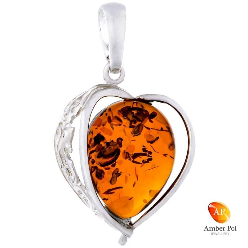 Piękny wisiorek srebrny 925 w kształcie serca z bocznym ażurowym zdobieniem i bursztynem w kolorze koniaku.