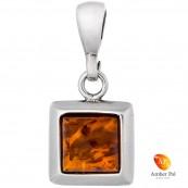 Piękny wisiorek ze srebra próby 925 z kwadratowym  bursztynem w koniakowym kolorze.