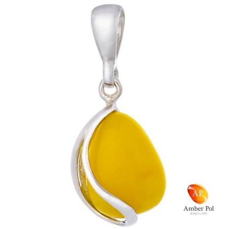 Piękny wisiorek ze srebra próby 925 z bursztynem w mlecznym kolorze o kształcie łezki z bocznymi zdobieniami.