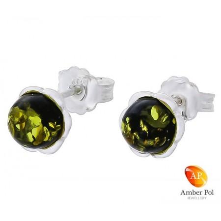 Piękne srebrne 925 kolczyki na sztyft o kształcie kwiatka z płatkami i bursztynowym zielonym oczkiem pośrodku.
