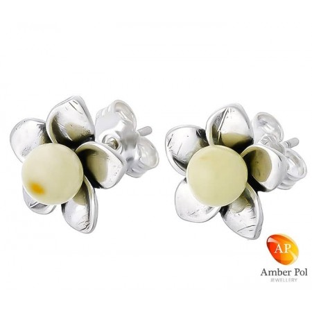 Piękne srebrne 925 kolczyki na sztyft o kształcie kwiatka z płatkami i bursztynową białą kulką pośrodku.