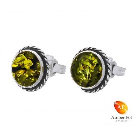 Piękne srebrne 925 okrągłe  kolczyki na sztyft z zielonym bursztynowym oczkiem, ozdobione delikatną plecionką.