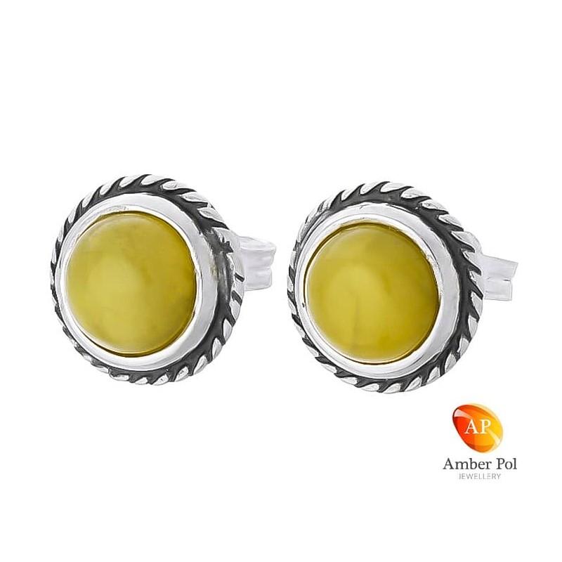 Piękne srebrne 925 okrągłe  kolczyki na sztyft z białym bursztynowym oczkiem, ozdobione delikatną plecionką.
