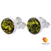 Piękne kolczyki ze srebra próby 925 na sztyft ręcznie zakute  z okrągłym bursztynem w zielonym kolorze.