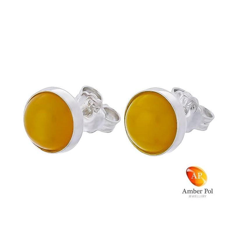 Piękne kolczyki ze srebra próby 925 na sztyft, ręcznie zakute  z okrągłym bursztynem w białym kolorze.