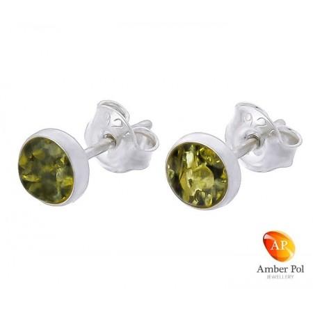 Piękne kolczyki ze srebra próby 925 na sztyft, ręcznie zakute  z okrągłym bursztynem w zielonym kolorze.