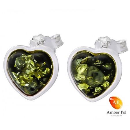 Piękne kolczyki ze srebra próby 925 na sztyft z bursztynem w zielonym kolorze wyszlifowanym na kształt serca.