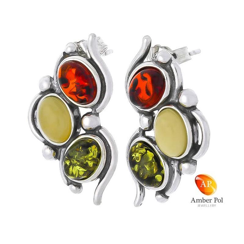 Piękne kolczyki ze srebra próby 925 na sztyft z trzema owalnymi bursztynami w kolorze mix przeplatanymi delikatnymi zdobieniami.