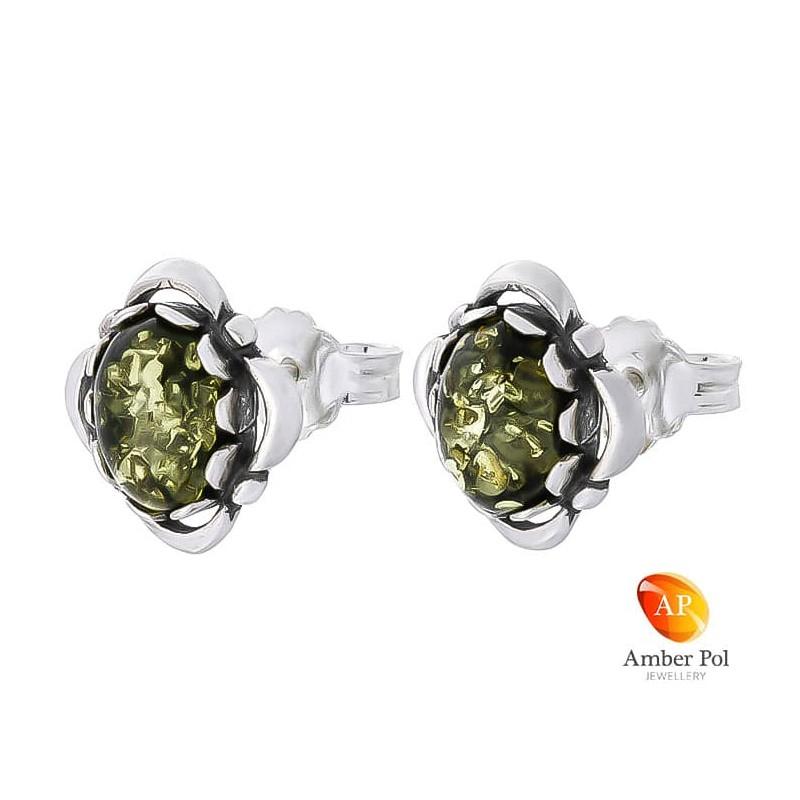 Piękne kolczyki ze srebra próby 925 na sztyft, ręcznie zakute  ze zdobieniami i  owalnym bursztynem w kolorze zielonym.