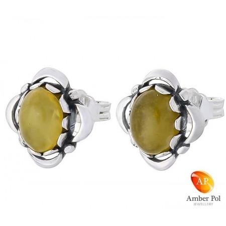 Piękne kolczyki ze srebra próby 925 na sztyft, ręcznie zakute  ze zdobieniami i  owalnym bursztynem w kolorze białym.