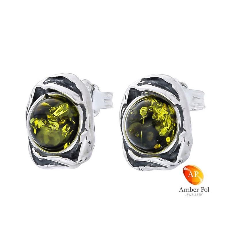 Piękne kolczyki ze srebra próby 925 na sztyft, ze zdobieniami w postaci falbanek i  okrągłym bursztynem w kolorze zielonym.